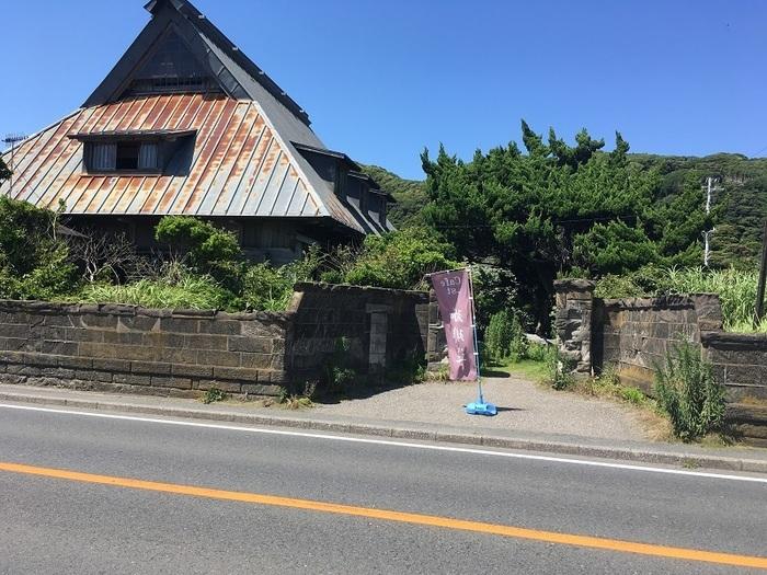 JR内房線「浜金谷駅」から歩いて3分ほど、車なら富津金谷インターから3分ほどのところにある「カフェ えどもんず」。一見すると普通の民家ですが、営業中は入口にのぼりが出ているので目印にしてくださいね。