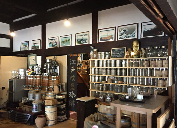 整然と並ぶコーヒー豆と一緒に飾られているのは、葛飾北斎の富岳三十六景色と別景色絵。趣きのあるこちらのお店は、ドラマの撮影にも使われたことがあるそうです。