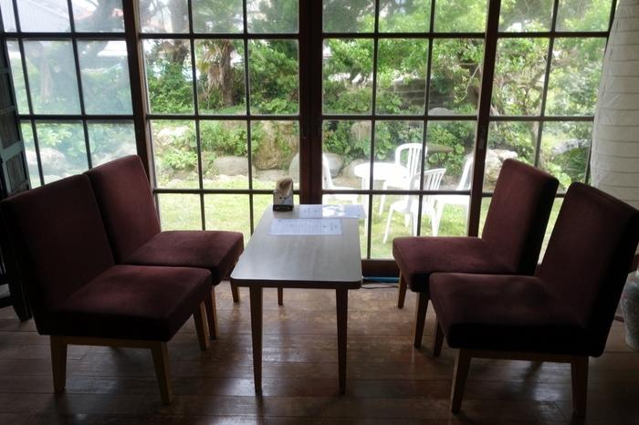 レトロなガラス窓から差し込む光が柔らかく、時間を忘れてくつろぐことができます。営業時間はお昼頃から日没までというゆるい感覚も古民家カフェならでは。
