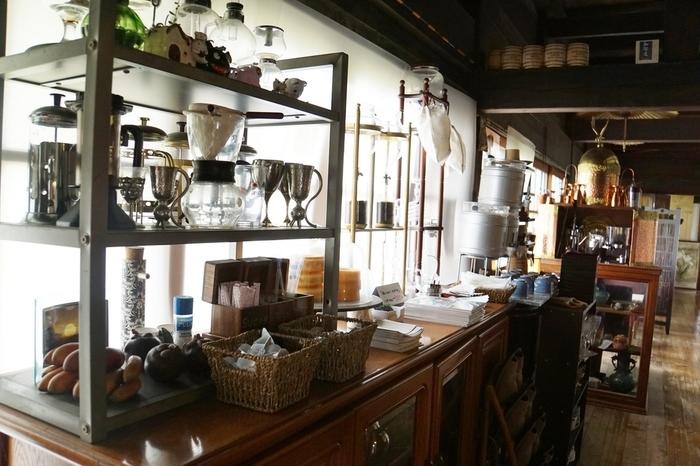 廊下を進むと、食器棚にイタリア製のオールドマシーンがさりげなく並び、古さと新しさが入り交じった不思議な雰囲気です。合掌造りの高井天井の店内は、夏でも涼しく気持ちの良い風を感じられます。