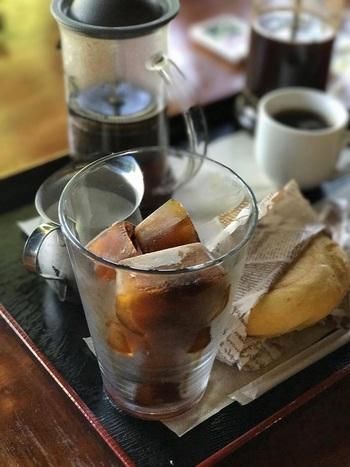 ハンドプレス機を使って自分でコーヒーを淹れるスタイルは大人も楽しめます。アイスコーヒーは氷もコーヒーで作られているので、最後まで薄くならずにいただける細やかな心遣いもうれしい。