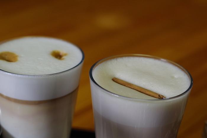 こちらの「カプチーノ」は、泡立てたミルクに濃厚なエスプレッソを合わせていただきます。別の器でエスプレッソが注がれていて、苦さを自分で調整できます。
