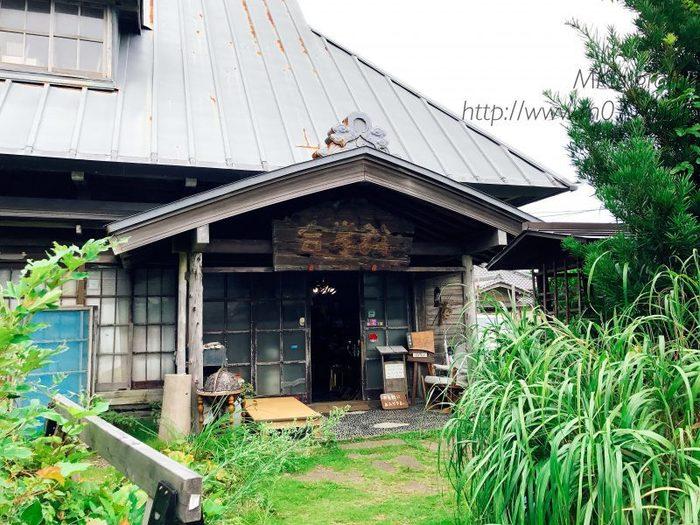なんとも味わいのある外観。飛騨高山から移築した築230年の古民家をカフェにリノベーションしているそう。