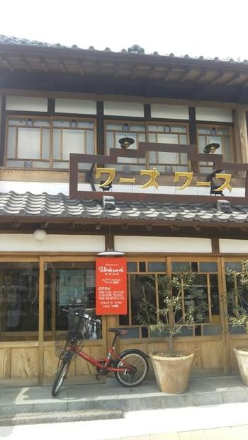 """""""千葉の小江戸""""と呼ばれる香取市・佐原(さわら)の人気カフェが「ワーズワース」です。駅から歩いて4分ほどの川沿いにあるレトロな外観が目印。"""