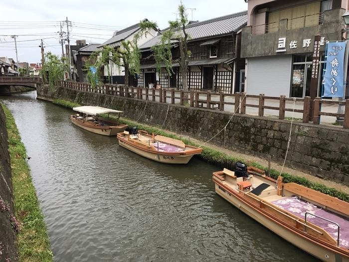 目の前には風情のある船。佐原は利根川水運の中継基地として栄えた場所で、今でも川沿いを中心に江戸情緒あふれる古い町並みが残っています。