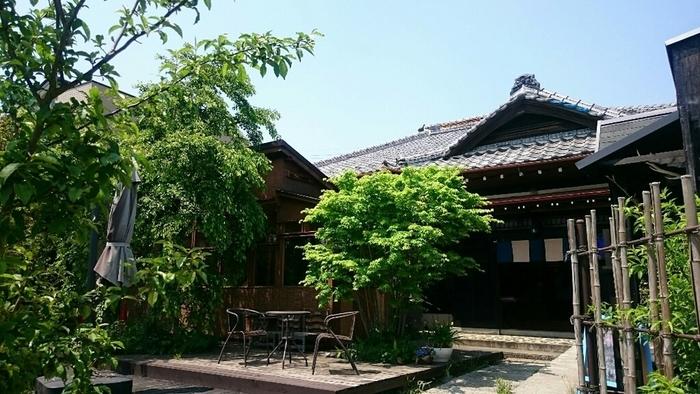 山万ユーカリが丘線「中学校」駅から車で10分ほどのところにある「ブルーシャ」は、静かな住宅街にある隠れ家のようなカフェ。瓦屋根が目をひく昭和の古民家をリノベーションしています。