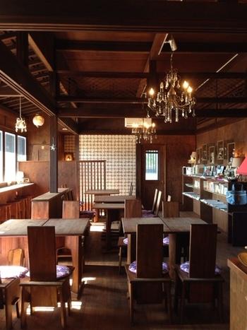 無垢材のテーブルや椅子が配置された店内は、アンティーク風のシャンデリアと自然光を活かした落ち着いた雰囲気。京都出身のオーナーが、内装やインテリアを手がけたそうでセンスが光ります。