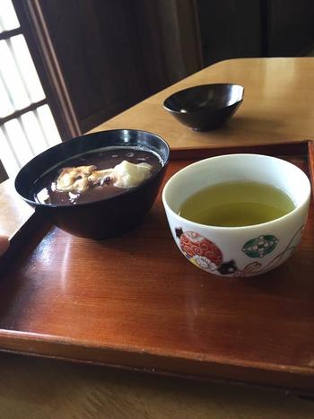 おしるこをよそっている器は、なんと江戸時代の漆器。歴史感じる味わい深い1品です。