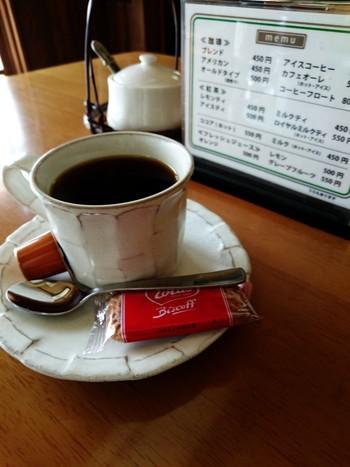 挽きたてのコーヒーを飲みながら、街並みをのんびりと眺めるのも良いですね。また、店内には伊能本家で代々使われてきた 古道具類や古美術品が展示されています。