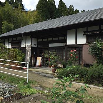 JR外房線の大網駅から歩いて15分ほどのところにある「soy(ソイ)」は、農村の中にある大きな古民家カフェです。都心から近いところに、こんな自然豊かなところがあるのかと驚くほど時間がゆっくりと流れています。