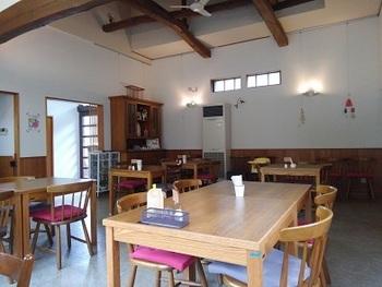 築100年の古民家をリノベーションした店内。テーブルがゆったり配置されていて、大きな梁と高い天井が開放感抜群。