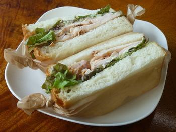 軽めのランチを食べたい日は「タルタルチキンのホットサンドイッチ」はいかがですか?ふわふわのパンにしっとりしたチキンがたっぷり入っています。