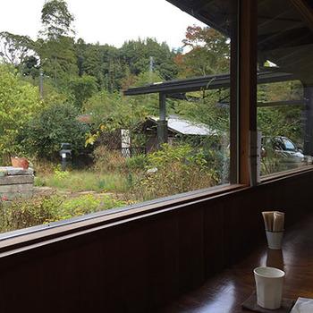 緑豊かな隠れ家のようなカフェで、読書をしながらゆっくり過ごすのもいいですね。