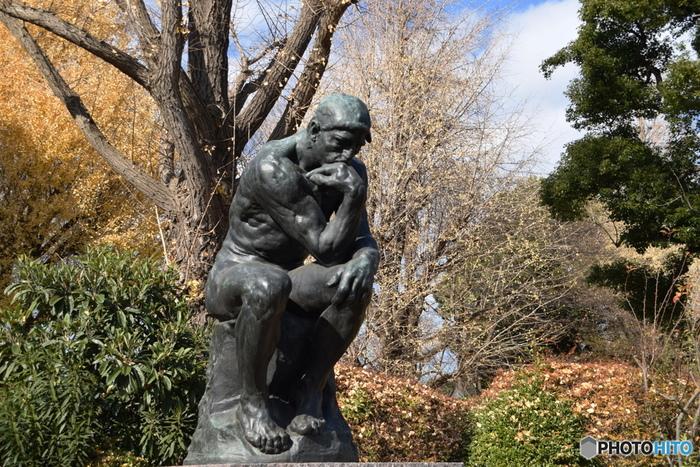 国立西洋美術館の前や周辺には、近代彫刻の父・ロダンの作品が数多く置かれています。こちらはロダンの作品の中でも特に有名な「考える人」ですね。教科書で見たあの作品を間近で見ることができますよ。