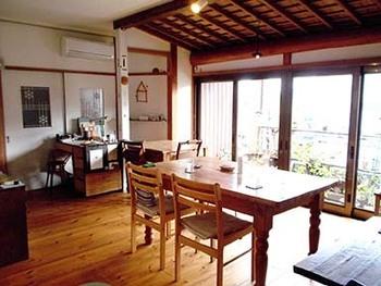 昔、床の間があった和室や押入れをカフェスペースにしたり、廊下や洗面所をキッチンにしたり。日本家屋の良さを残しつつ今風のセンスも取り入れた店内。