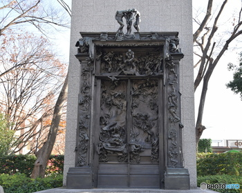 こちらも同じく国立西洋美術館の前に飾られている、ロダンの作品「地獄の門」です。実は、先ほどご紹介した「考える人」は、この「地獄の門」の一部として作られたものなのです。どこに「考える人」が、実物をみて探してみてくださいね。