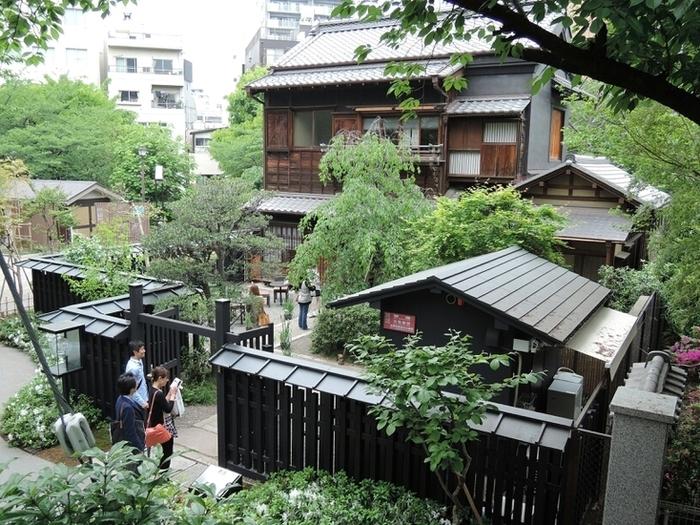 千代田区の有形文化財に指定されている井政「遠藤家旧店舗・住宅主屋」は、1927(昭和2)年に神田に建てられた建物がベースとなっています。その後、府中市に移築され、何度かの増改築を経て、2009(平成21)年に神田の地に戻ってきました。現在は、撮影などに使われたり、季節のイベントなどが開催されています。