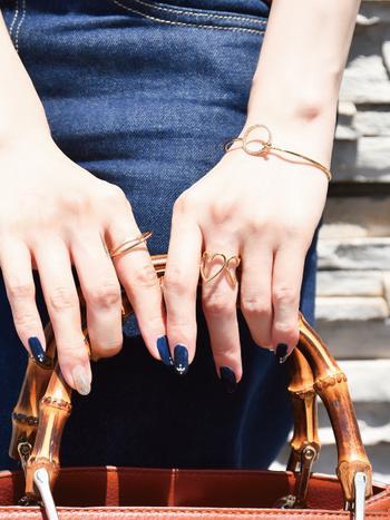 夏の装いには、シックな指先で大人の女性らしいアクセントを作ってみるのはいかがですか?締め色を使うことで、ぐっと視線を集めることもできますよ。