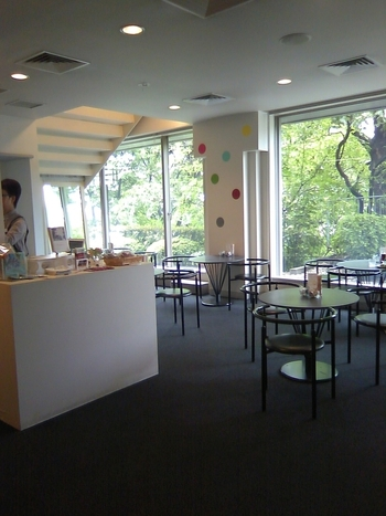 「上野の森美術館」には併設のカフェ「喫茶 森」があります。緑生い茂るお庭を見ながらのんびりお茶を楽しむことができますよ。企画展示にあわせた特別メニューが登場するときもあるので、展示と一緒に楽しんでみては?