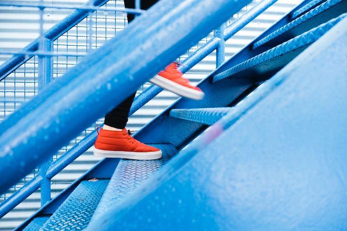ウォーキングやジョギングで筋肉量を増やして代謝をアップ!なかなか時間が取れないという方は、ひと駅分だけ歩いてみる、エスカレーターではなく階段を使う、などでもいいですね。