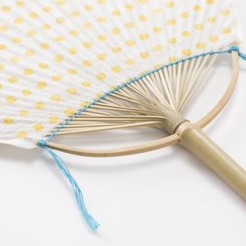 昔ながらの夏の風物詩「うちわ」も、ドット柄でポップで楽しんで。和洋問わず暮らしにフィットするデザインを日常に。