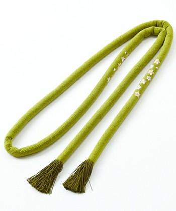 芯に真綿が詰められている「丸ぐけ」。振袖や、成人式・結婚式といった華やかな祝着に合わせます。また、黒の丸くげは喪服に使われることも。 特別な日に必須の帯締めです。