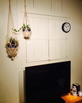 壁際にかけたハンギングプランツは高さを変えて、動きをプラス。ちいさなグリーンはいくつか連続して飾るとまとまりが生まれます。