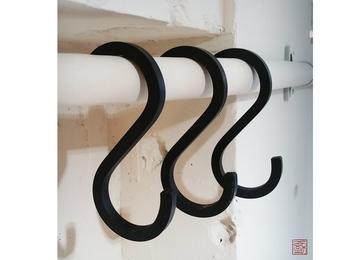 S字フックをつかって吊るす場合は、天井のフックやポールとともに、S字フック自体の耐荷重にも注意しましょう。また、人がよく通るところにハンギングプランツを設置すると、ぶつかったり、ひっかかったりして落下の危険があるので、あまり人が通らないところに設置するようにしましょう。