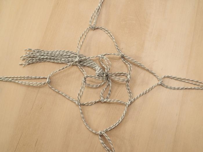 隣同士の紐を結ぶのを繰り返し、ネット状に仕上げていきます。