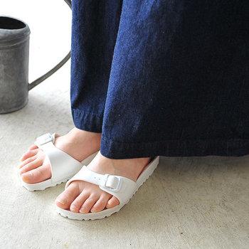 ワイズが広めで履きやすい人気のコンフォートサンダル。ちょっとそこまでのお出かけからビーチ・アウトドアまで、幅広いシーンで活躍してくれます。靴下をプラスすることで、秋口まで活躍してくれますよ。