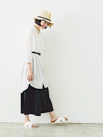 白のロングシャツワンピースとワイドパンツのモノトーンのレイヤードスタイルに、白のコンフォートサンダルを合わせたスタイリング。程よい落ち感とコンフォートサンダルのボリューム感がGoodバランスです◎