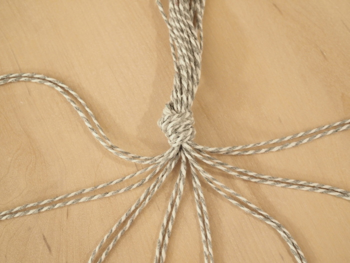プラントハンガーはいろいろな作り方がありますが、紐の本数が多い方が安定したハンガーが出来上がります。こちらの写真は、1m30cmくらいの紐を16本用意し、2本ずつに分割している状態です。