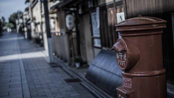 京都屈指の観光地としても知られている一方、花街としても有名です。風情ある街の中には、お茶屋さんや高級料亭も立ち並んでいます。