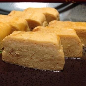 めんつゆとみりんで甘めに調味しただし巻き卵。ごま油を使って焼き上げると、香りよく仕上がります。