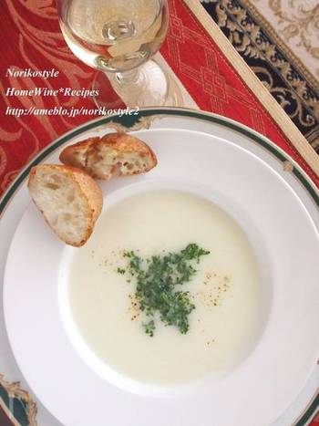 火を通した蕪と玉ねぎをミキサーで滑らかにし、牛乳を入れ、味付けは塩麹と胡椒のみ。出汁をつかわなくてもうまみのある絶品スープの出来上がりです。