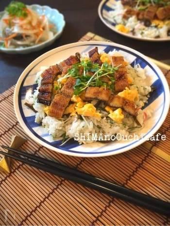 家族や友だちとワイワイ食べたい時には、ちらし寿司風はいかが?炒り卵を散らすことで、見た目も華やかに。大葉やミョウガなどの夏の薬味をたっぷり乗せて、夏らしい爽やかな一皿に仕上げてくださいね。
