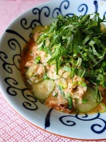 山形などの郷土料理として知られる「冷汁(ひやじる)」。夏の暑い日には、特におすすめのごはんです。こちらのレシピは豆板醤とニンニクが効いたパンチのある一皿。きゅうりはたっぷり入れて食感を楽しんで。