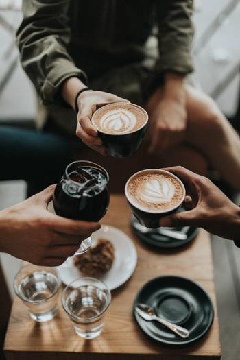 人間関係で悩むのは嫌だから、数は少なくても仲の良い人とだけ親密に付き合いたい、という人もいるでしょう。家族のように互いに入り込むからこそ感じる楽しさや安心感がありますよね。