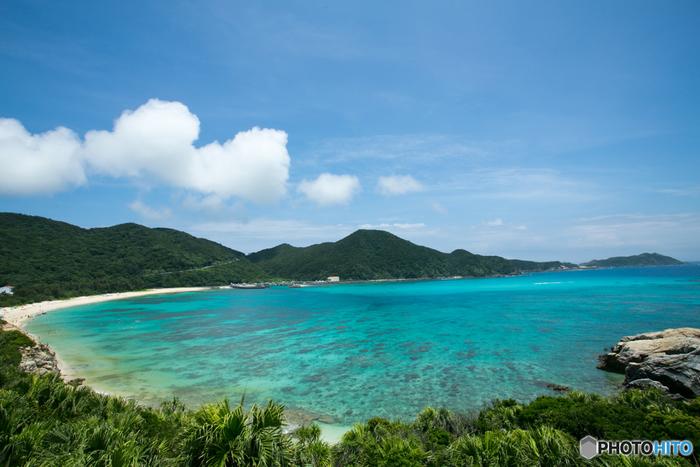渡嘉敷島を代表するビーチ、阿波連ビーチは渡嘉敷島西側海岸の中央部に位置するビーチです。陽ざしを浴びてキラキラと輝く白砂が800メートルも続く様は壮観で訪れる人々を魅了してやみません。