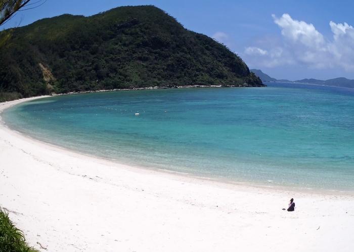真っ白な砂浜と透き通る青い海が広がる渡嘉志久ビーチは、波も穏やかなうえに静かです。ここでは、まるでプライベートビーチでのんびりと過ごしているような気分を味わうことができます。