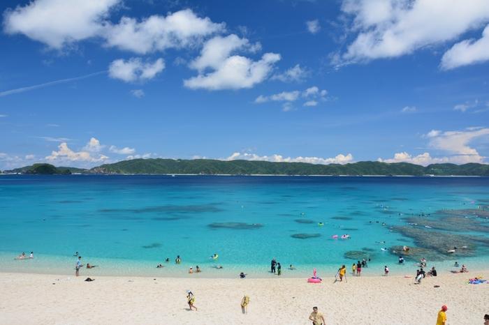 真っ白なビーチと、ケラマブルーと呼ばれる青い海が広がる古座間味ビーチでは、慶良間諸島の中でも屈指の美しさを誇ります。ここでは、どこを切り取っても絵になる景色が広がっています。