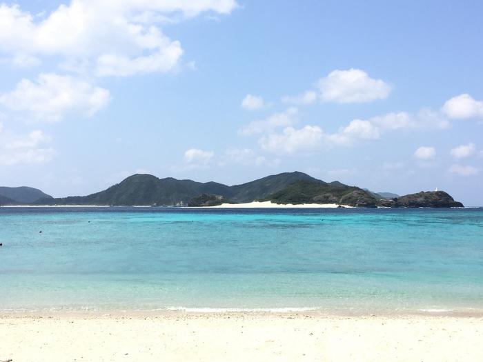座間味島南西部に位置する阿真ビーチは、遠浅の海と、静かな波に恵まれたビーチです。