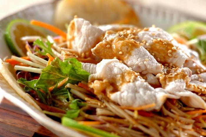 水菜、にんじん、かぶ、スプラウト、レンコンなどたくさんの野菜と一緒に食べる冷しゃぶそばサラダをごまドレッシングでさっぱりと。