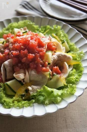 口いっぱいにフレッシュトマトの爽やかな香りが広がる冷しゃぶサラダ。見た目の鮮やかさが食欲をそそります。