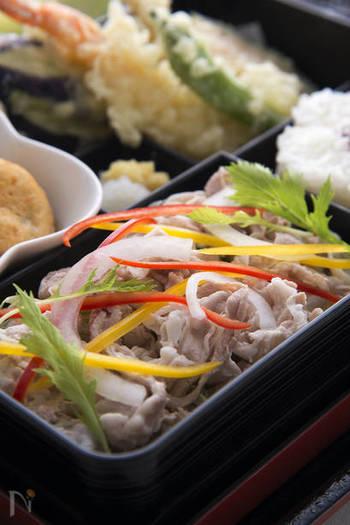 冷しゃぶは豚肉だけでなく、牛肉でももちろん美味しい♪おもてなしには贅沢感たっぷりの牛冷しゃぶを彩り野菜と一緒にどうぞ。
