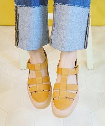 グルカサンダルは、ベルトを編み込んだ革靴のようなルックスが特徴です。 サンダルの通気性としっかりした履き心地をあわせ持つのが最大の魅力。ラフ過ぎず堅苦しくない、大人の街履きサンダルとして、今大注目のサンダルです。