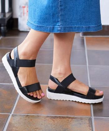 サンダルの開放感はそのままに、足首やかかとを固定できるので、安定感があって歩きやすいストラップサンダル。 女性らしいデザインからスポーツサンダルのようなカジュアルタイプまでデザインも豊富です。