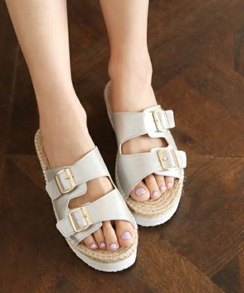 太めのベルトで足の甲をしっかり包み込むコンフォートサンダル。その名のとおり、快適な履き心地が魅力です。 ユニセックスなデザインなので、カジュアルなコーディネートに合わせやすい◎  脱ぎ履きが楽ちんで歩きやすいので、レジャーシーンでも人気です。