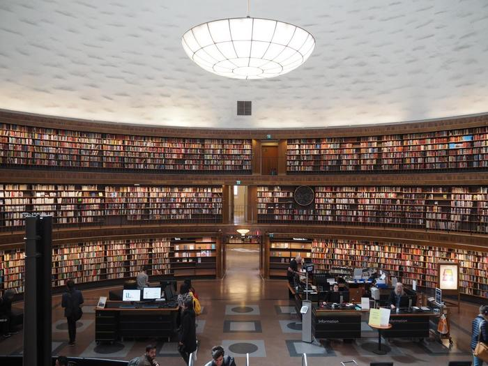"""たくさんの観光地を、ほとんど歩いて回れる""""コンパクト""""なところも、おすすめポイント。見所は沢山ありますが中でも「ストックホルム市立図書館」の美しさは必見です。"""