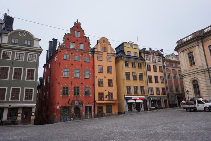 スウェーデンで最もおすすめしたいのは、首都ストックホルムにある「ガムラスタン」です。ガムラスタンは世界一美しい首都とも言われている旧市街地で、映画『魔女の宅急便』の舞台になったとも言われています。カラフルな建物と石畳、顔を上げると教会の見えるこの小さな町は、歩くだけで映画のシーンの中にいるような気持ちにさせてくれます。